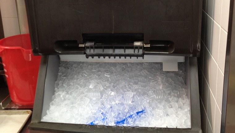 Cách vệ sinh máy làm đá
